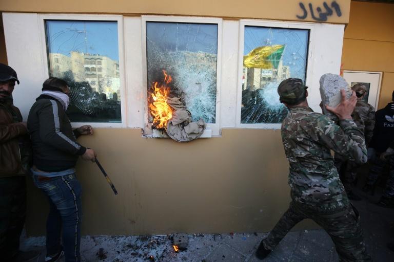 Des Irakiens, partisans de paramilitaires pro-iraniens, attaquent l'ambassade des Etats-Unis à Bagdad, le 31 décembre 2019, pour protester contre des frappes américaines en Irak. AFP / AHMAD AL-RUBAYE