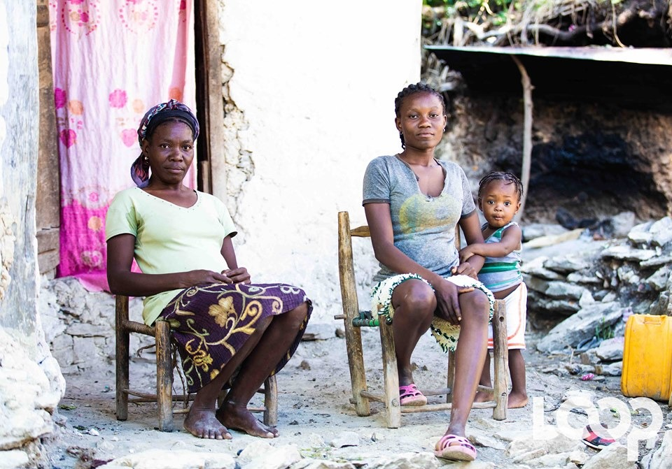 Une mère, Macilia Pierre et sa fille Alcius Eliamène Joisius (qui elle même est accompagné de son fils d'un an né de la pratique Alantran) Crédit Photo : Luckenson JEAN / Loop Haiti