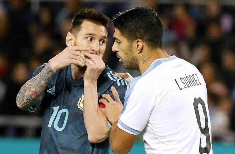 L'Argentine Lionel Messi (g) et l'Uruguayen Luis Suarez lors d'un match amical à Tel Aviv, le 18 novembre 2019