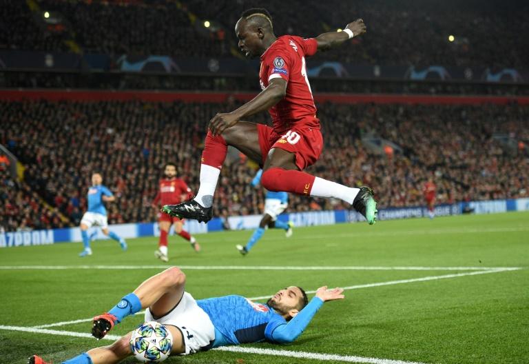 L'attaquant sénégalais de Liverpool, Sadio Mané, saute par-dessus le milieu belge de Naples, Dries Mertens, lors du match de groupes de la Ligue des champions à Liverpool, le 27 novembre 2019