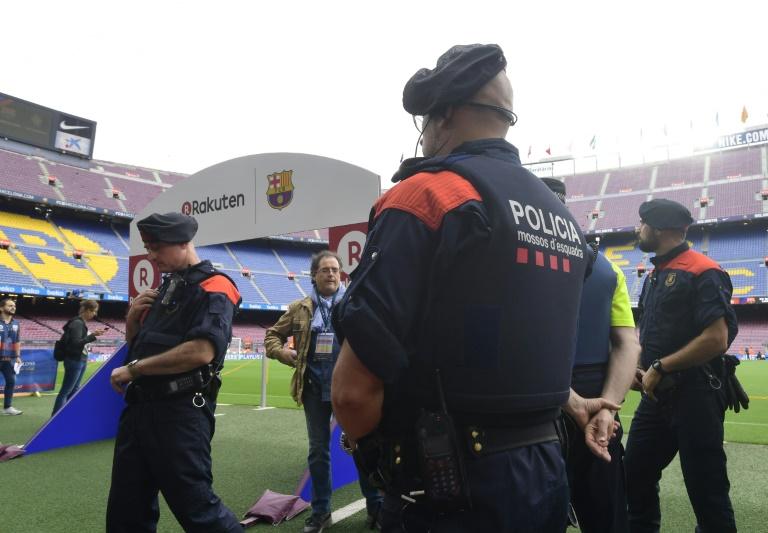 Des agents de la police catalane en faction au Camp Nou, lors du match Barcelone et Las Palmas, le 1er octobre 2017