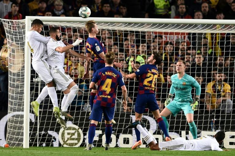 Le Barça et le Real Madrid se sont neutralisés à l'instar de ce duel entre Karim Benzema et Frenkie de Jong, lors du clasico diputé au Camp Nou, le 18 décembre 2019