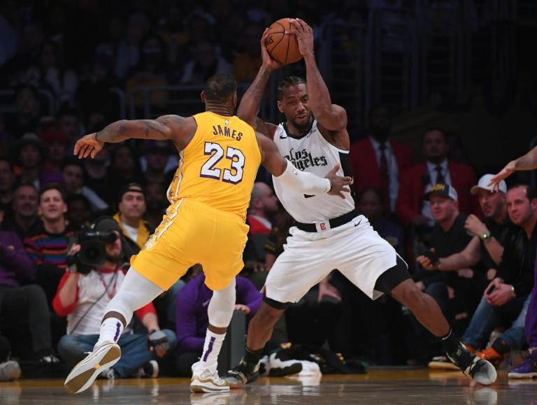 Kawhi Leonard des Los Angeles Clippers (d) à la lutte avec LeBron James des Los Angeles Lakers, en NBA au Staples Center, le 25 décembre 2019