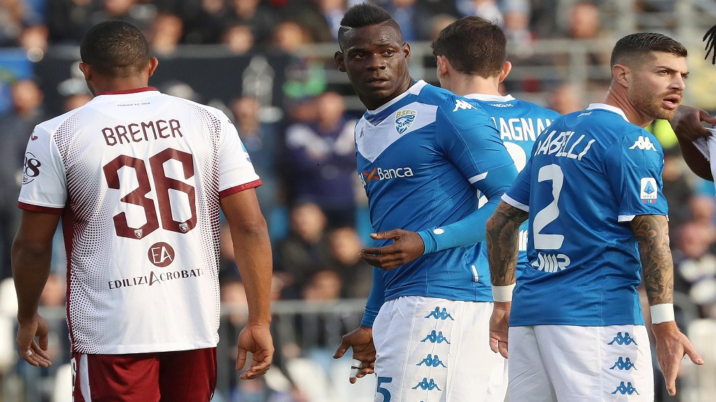 In this Saturday, November 9, 2019 file photo, Brescia's Mario Balotelli, center, walks on the pitch during the Serie A match between Brescia and Torino at the Mario Rigamonti Stadium in Brescia, Italy. (Photo:AP)