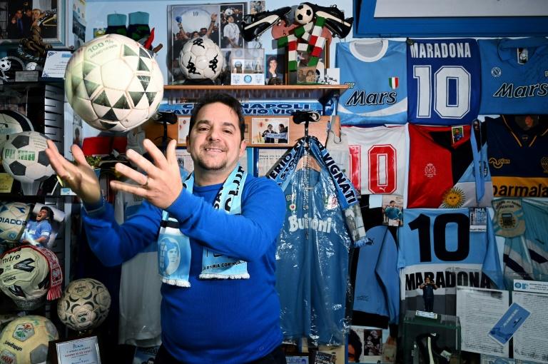 """Massimo Vignati joue avec le ballon du match Naples-Juventus en mars 1990 dans son musée """"Maradona"""", le 20 novembre 2019 à Naples"""