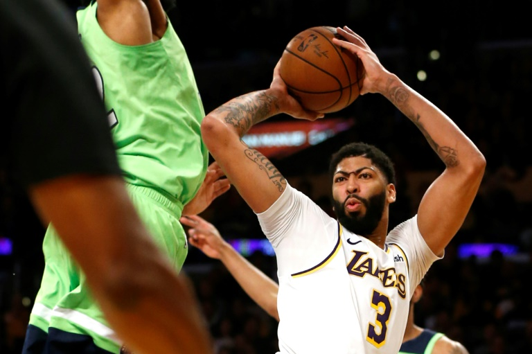 Anthony Davis (d) des Los Angeles Lakers face aux Minnesota Timberwolves, en NBA au Staples Center, le 8 décembre 2019