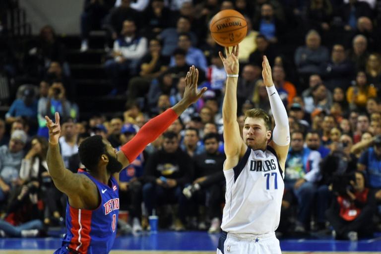Donka Doncic (d) des Dallas Mavericks tente un panier face aux Detroits Pistons, en NBA, le 12 décembre 2019 à Mexcico