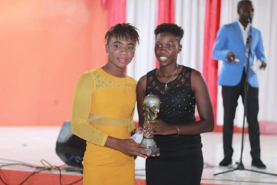 Melchie Daelle Dumornay passe le trophée à Mikerline Saint-Félix ! Photo : Foot Fem Awards