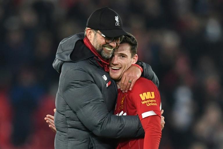 L'entraîneur de Liverpool Jürgen Klopp fête le succès contre Wolverhampton avec le défenseur Andrew Robertson, le 29 décembre 2019 à Anfield. AFP / Paul ELLIS