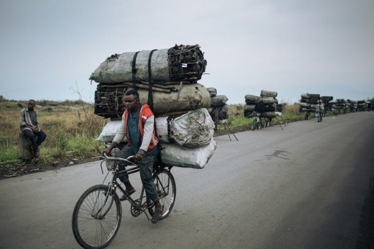 Des cyclistes transportent des sacs de charbon de bois pour les vendre à Goma, le 28 septembre 2019 en RDC