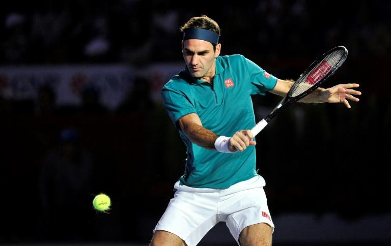 Le Suisse Roger Federer face à l'Allemand Alexander Zverev lors d'un match d'exhibition à Mexico, le 23 novembre 2019