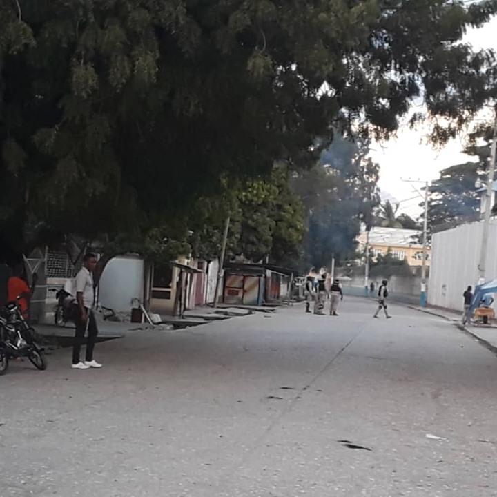 Des détenus tentent actuellement de s'évader de la prison civile de Hinche. Des policiers ceinturent les murs de l'enceinte carcérale. Crédit photo: Raphael Guvens