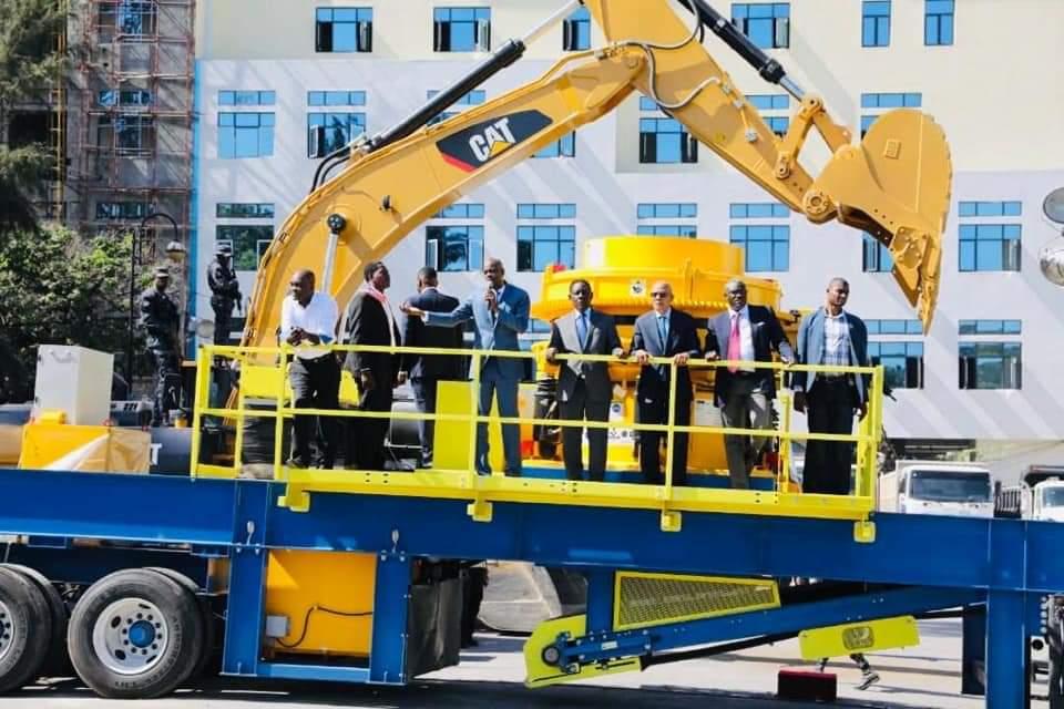 Le président de la République, Jovenel Moïse, debout sur l'un des engins lourds, au milieu des officiels du gouvernement, lors de la cérémonie de remise. Photo: Page Facebook/Président Jovenel Moïse.