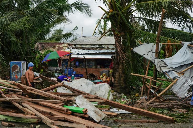 Un homme regarde sa maison détruite par le passage du typhon Phanfone à Tacloban, dans la province de Leyte (centre des Philippines), le 25 décembre 2019