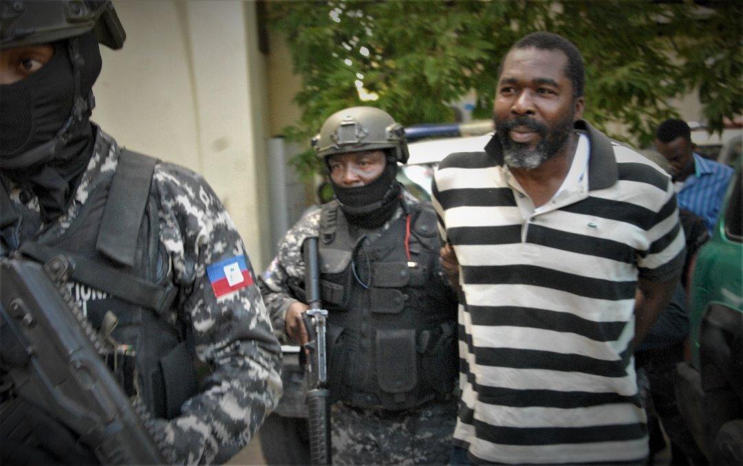 L'ancien député Arnel Bélizaire conduit, hier lundi au parquet de Port-au-Prince, sous haute sécurité des unités spécialisée de la PNH./Photo: Source-Le Nouvelliste.