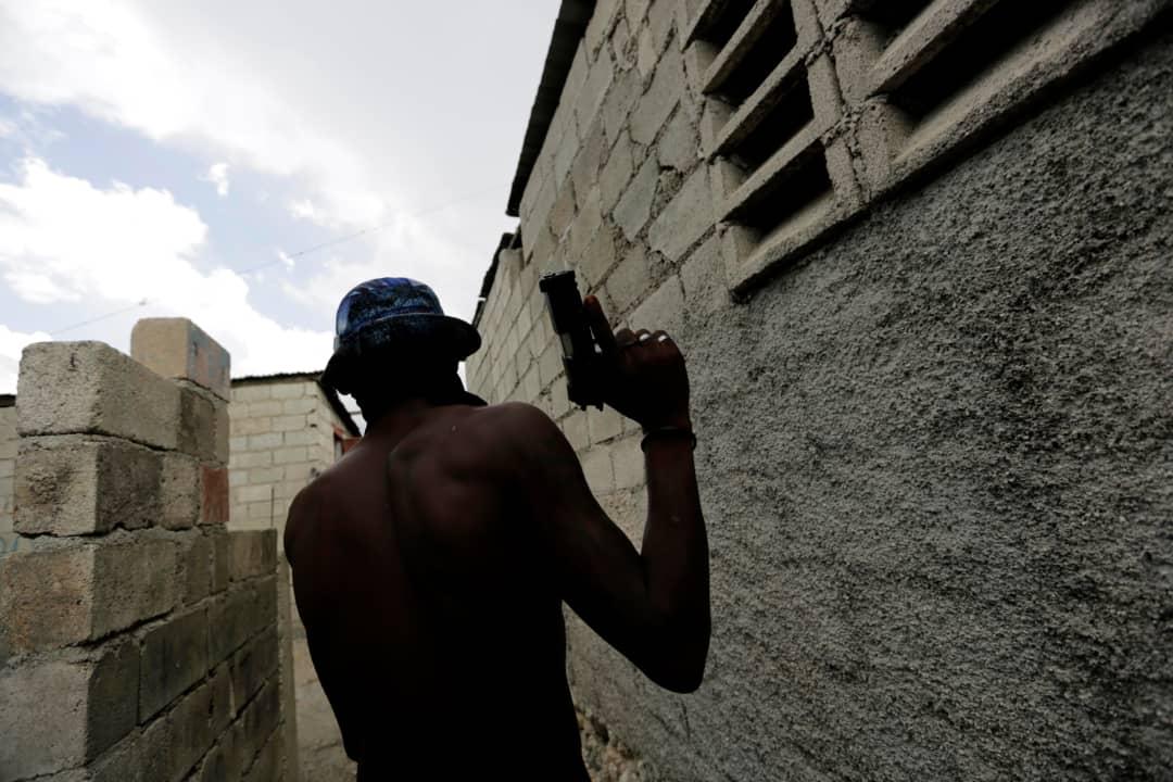Un homme armé de Cité Soleil. Crédit photo: Dieu-Nalio Chery/AP.