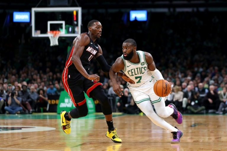 Bam Adebayo (g) du Miami Heat à la lutte avec Jaylen Brown des Boston Celtics, en NBA, le 4 décembre 2019 à Boston