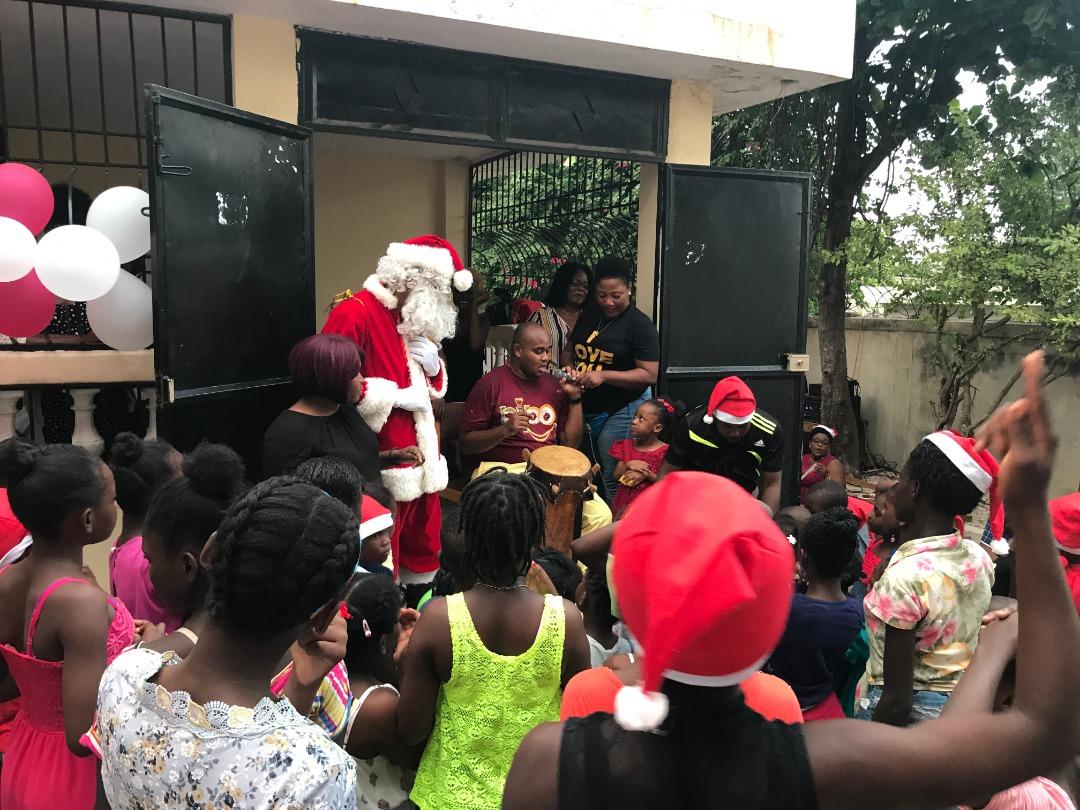 Jean-Philippe Etienne, dit Pipo, a « déchiré » la fête de Noël d'Aux Chérubins d'Haïti, pour reprendre sa chère expression qui témoigne du bonheur apporté aux enfants lors de ses performances.