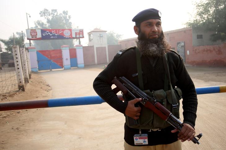 Un policier montela garde devant la prison de Multan après après la condamnation à mort d'un professeur d'université accusé de blasphème, le 21 décembre 2019 au Pakistan. afp.com - SS MIRZA