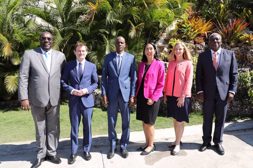 De gauche à droite, Edmond Bocchit, Ministre haïtien des Affaires Etrangères, David Hale, Sous-secrétaire d'Etat Américain aux Affaires Politiques, Jovenel Moïse, Président de la République, Michèle Sison, Ambassadrice des Etats-Unis en Haïti, Cynthia Kierscht, sous-secrétaire d'État adjointe et Hervé Denis, Ambassadeur d'Haïti à Washington. Photo: Compte twitter/Président Jovenel Moïse.
