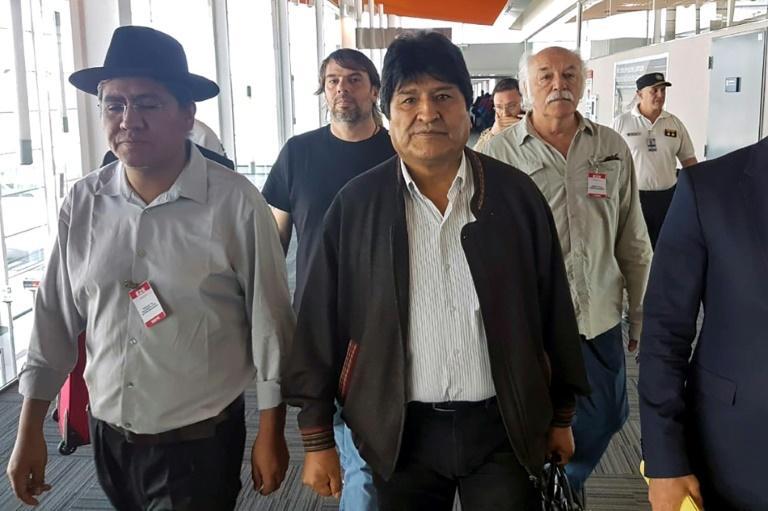 L'ancien président bolivien Evo Morales (c) et l'ex-ministre des Affaires étrangères Diego Pary Rodriguez (g) arrivent à l'aéroport de Buenos Aires, le 12 décembre 2019 en Argentine afp.com - HO