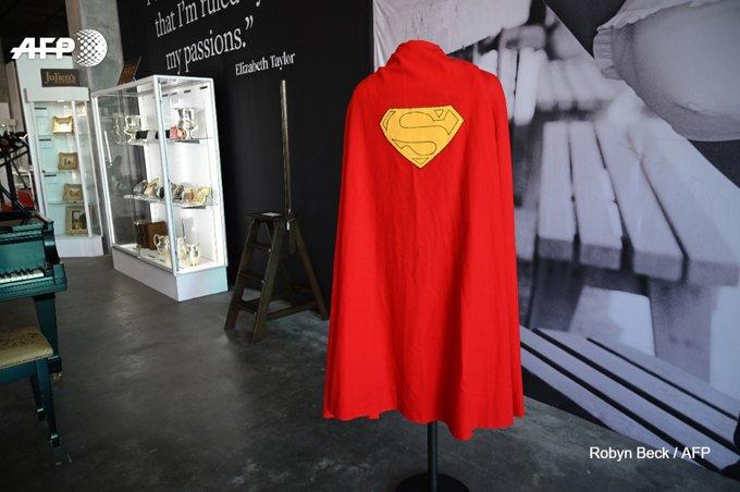 Près de 200.000 dollars aux enchères pour la première cape de Superman. Photo : AFP