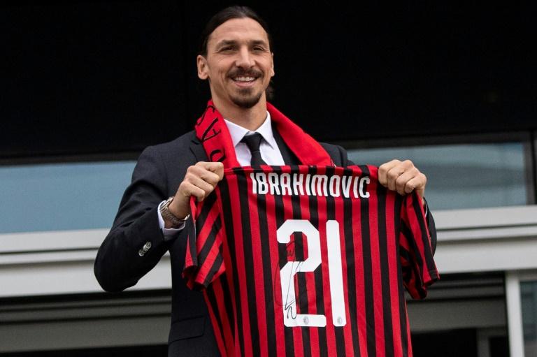 L'attaquant suédois Zlatan Ibrahimovic avec son maillot de l'AC Milan lors de sa présentation, à Milan, le 3 janvier 2020