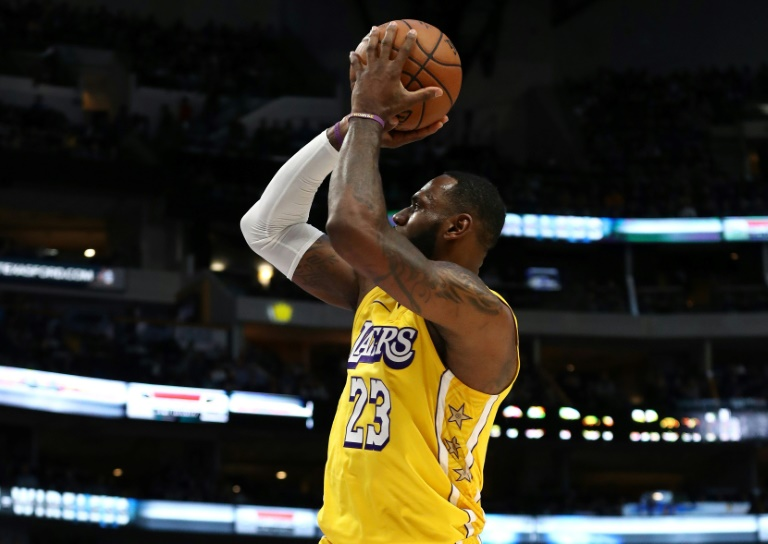 LeBron James des Lakers tente un tir face aux Dallas Mavericks, en NBA, le 10 janvier 2019 à Dallas