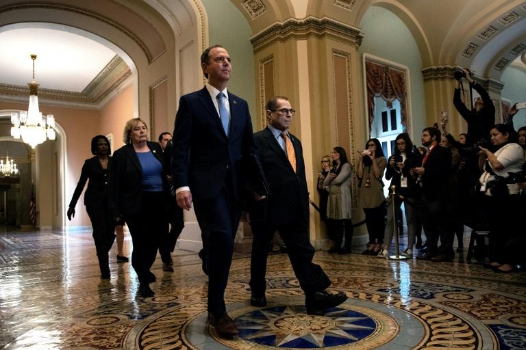 Menés par Adam Schiff, les élus démocrates de la Chambre des représentants chargés de porter l'accusation contre Donald Trump à son procès en destitution, arrivent au Sénat à Washington le 16 janvier 2020