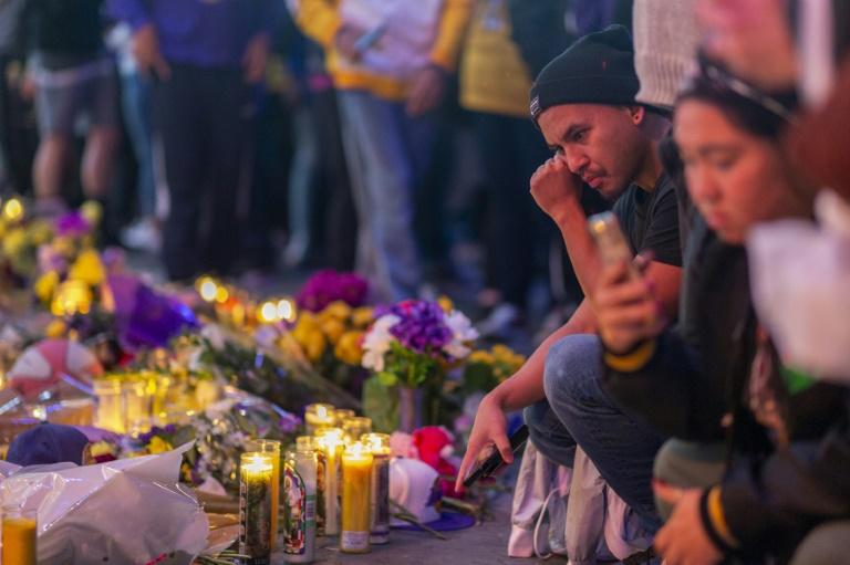 Des fans des Lakers rendant hommage à Kobe Bryant devant le Staples Center le 31 janvier 2020