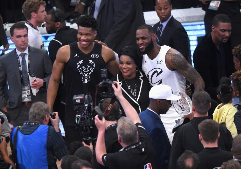 LeBron James des Lakers et Giannis Antetokounmpo pose lors du All Star Game au Staples Center, le 18 février 2018 à Los Angeles