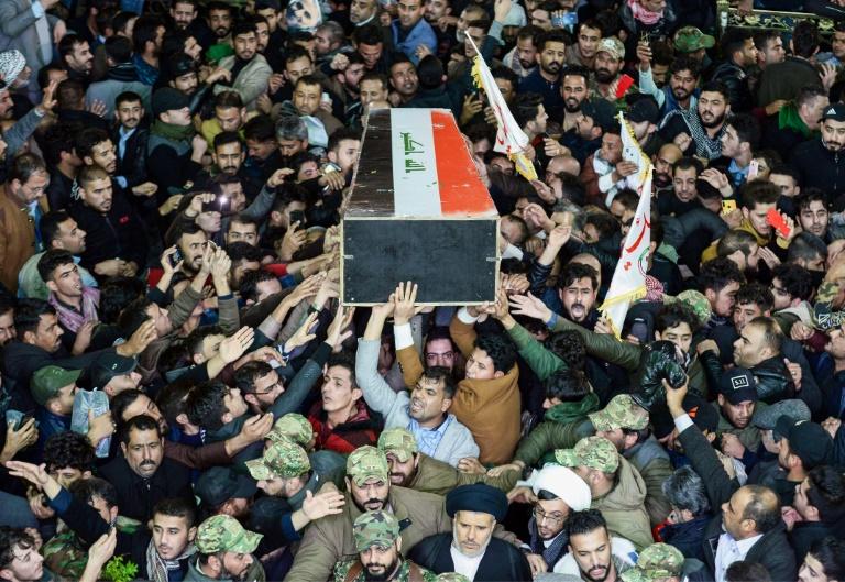 Le cercueil d'Abou Mehdi al-Mouhandis, numéro deux du Hachd al-Chaabi est porté par des Irakiens à Najaf, le 4 janvier 2020