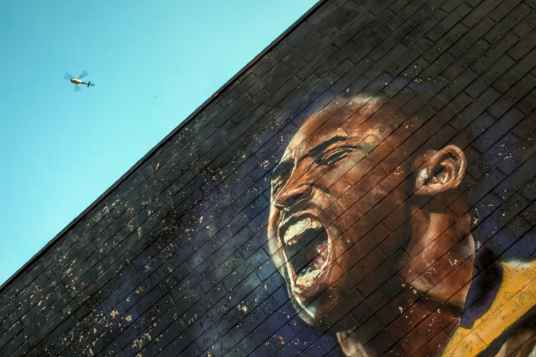 Un hélicoptère survole une peinture murale consacrée à Kobe Bryant, le 26 janvier 2020 dans le centre de Los Angeles. AFP / Apu GOMES