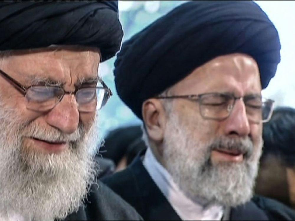Capture d'écran d'une vidéo publiée le 6 janvier 2020 par Iran Press montrant le guide suprême iranien, l'ayatollah Ali Khamenei (G), en pleurs devant le cercueil du général Qassem Soleimani, tué dans une frappe américaine à Bagdad, lors d'un dernier hommage dans la capitale Téhéran afp.com - -
