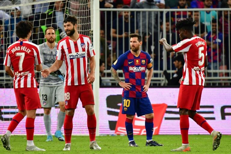 La star du Barça Lionel Messi (c) au milieu de joueurs de l'Atlético Madrid vainqueurs en demi-finale de la Supercoupe d'Espagne, le 9 janvier 2020 à Jeddah (Arabie Saoudite)