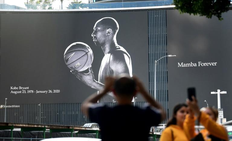 Un portrait géant de Kobe Bryant sur une façade du Staples Center, le 27 janvier 2020,en hommage à l'icône de la NBA et des Lakers disparue la veille dans un accident d'avion