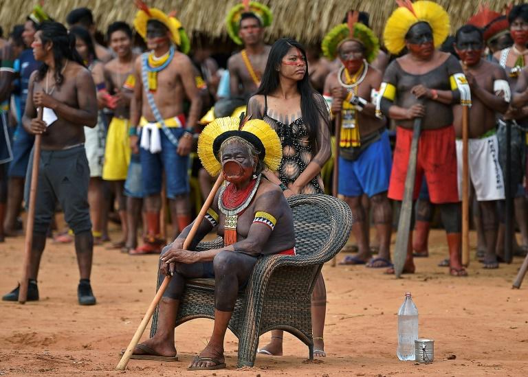 Le Cacique Raoni Metuktire de la tribu Kayapo observe des danses traditionnelles, à Piaraçu (Brésil), le 17 janvier 2020