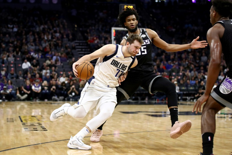 Luka Doncic (g) des Dallas Mavericks face aux Sacramento Kings, en NBA, le 15 janvier 2020 à Sacramento. Getty/AFP/Archives / EZRA SHAW