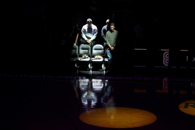 Lors de la rencontre NBA des Brooklyn Nets face aux Detroit Pistons, deux chaises vides sur lesquelles avaient été posées des fleurs symbolisent l'endroit où Kobe Bryant et sa fille Gianna avaient pris place lors d'un match au Barclays Center le 21 décembre