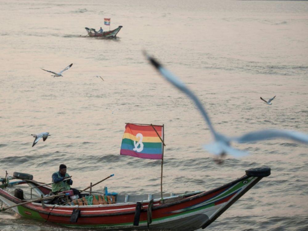 Des barques arborent un drapeau arc-en-ciel durant un fextival LGBT en Birmanie, à Rangoun le 18 janvier 2020 afp.com - Sai Aung Main