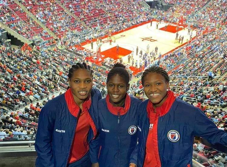 Trois Grenadieres au Toyota Center Mercredi soir assistant au Match Houston vs Denver. Photo: FHF