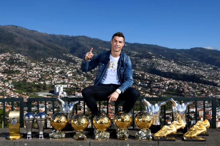 Le quintuple Ballon d'Or Cristiano Ronaldo, pose avec ses trophées, le 1er janvier 2018 à Madeira