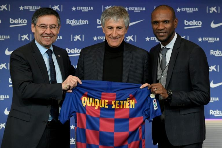 Le président du FC Barcelone Josep Maria Bartomeu (g) et le directeur sportif du club Eric Abidal, entourent le nouveau entraîneur blaugrana Quique Setien, le 14 janvier 2020 à Barcelone. AFP / LLUIS GENE
