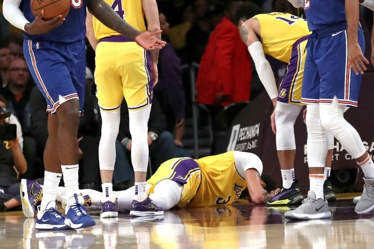 Anthony Davis des Los Angeles Lakers victime d'une lourde chute, toutefois sans gravité, en NBA, face aux New York Knicks, le 7 janvier 2020 à Los Angeles
