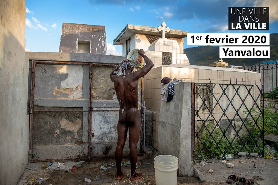 illustration d'un citoyen qui prend une douche en plein air au cimetière de Port-au-Prince Crédit Photo : Georges Harry Rouzier