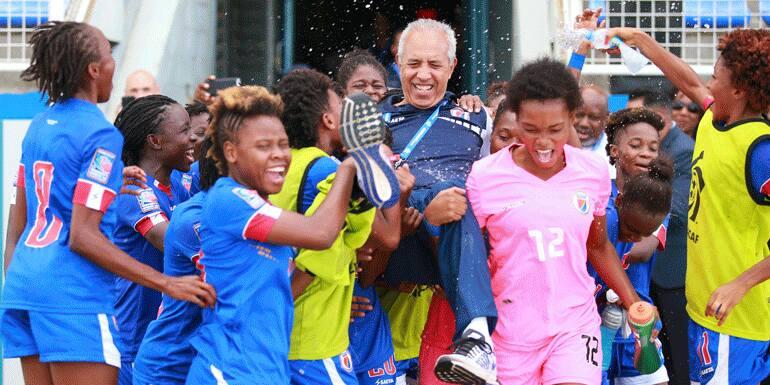 Marc Collat, avec les joueuses U-20 d'Haiti après la qualification pour la coupe du monde moins de 20 ans en France. Photo : https://alloayiti.com/concacaf-awards-2018-marc-collat-%E2%80%8B%E2%80%8Bin-the-list-of-nominees/