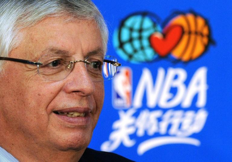 David Stern lors d'une conférence de presse le 11 octobre 2009 avant un match de NBA délocalisé à Pékin