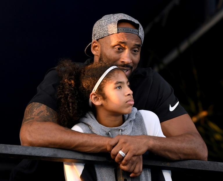 """Kobe Bryant et sa 2e fille Gianna """"Gigi"""" Bryant assistant àune compétition de natation à Irvine, en Californie, le 26 juillet 2018. Getty/AFP/Archives / Harry How"""