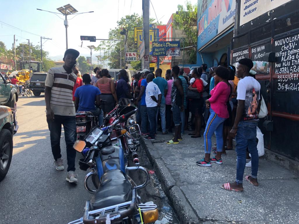 Des gens s'entassent autour du cadavre de la victime/ Photo : Loop Haiti
