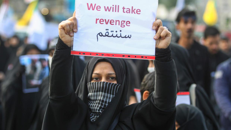 Une Irakienne tient une pancarte appelant à la vengeance contre les États-unis, le 4 janvier 2020 à Bagdad. Ahmad Al-Rubaye, AFP